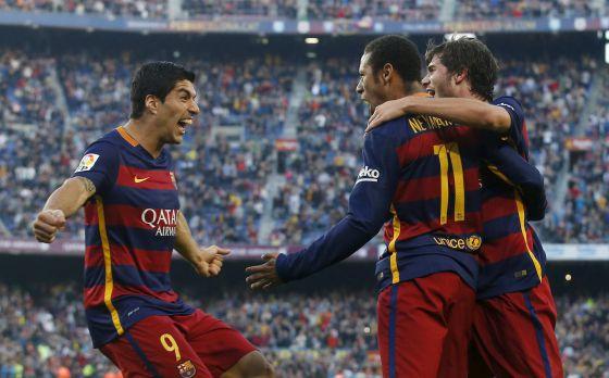 Luis Suárez celebra un gol del Barça junto a Neymar y Sergi Roberto.