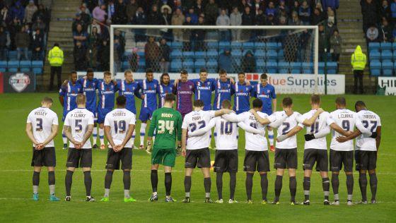 Minuto de silencio en el fútbol inglés por los atentados de París.