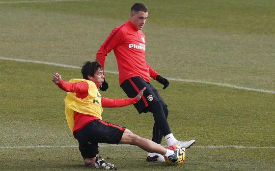 Óliver Torres (izquierda) disputa el balón a Giménez.