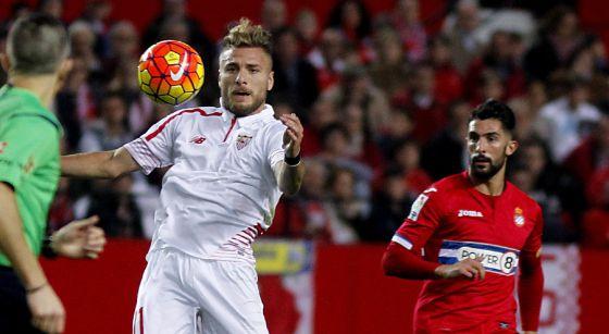 Immobile controla el balón ante la mirada de Álvaro.