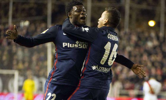Correa y Thomas celebran el gol del argentino.