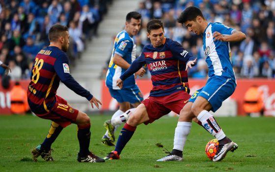Marco Asensio, ante Messi y Alba.