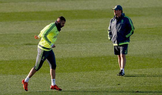 Benzema corre frente a Benítez, que supervisa el entrenamiento del Madrid, ayer en Valdebebas.