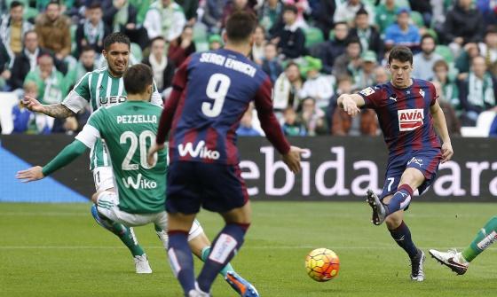 Capa dispara para marcar el primer gol.
