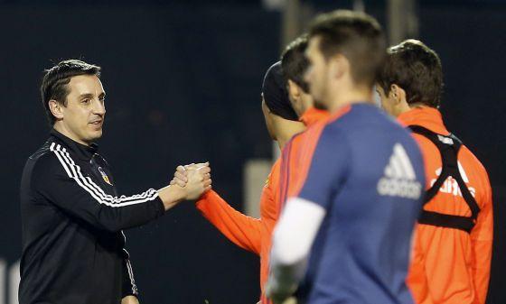 Gary Neville saluda a sus jugadores durante un entrenamiento del Valencia.