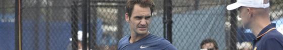 Federer charla con Ljubicic durante un entrenamiento.