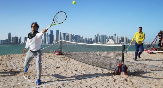 Nadal y Djokovic pelotean durante una exhibición en Doha.
