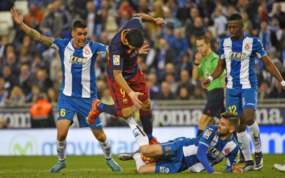 Suárez, entre Diop, Víctor Álvarez y Rocco, en el último derbi entre el Espanyol y el Barcelona