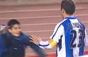 Moreno, recogepelotas en 2003-2004, se abraza a Tamudo.