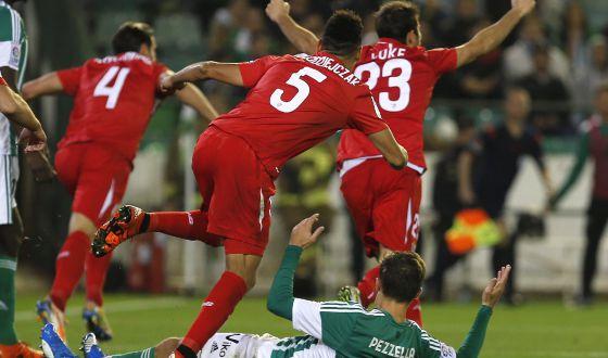 Los jugadores del Sevilla celebran el segundo gol de Krychowiak.