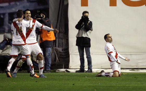 Nacho, de rodillas, celebra su gol al Atlético