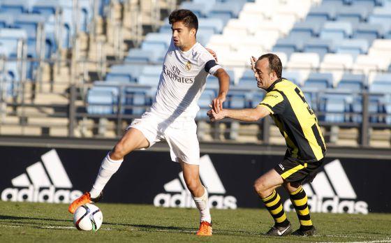 Enzo Zidane Fernández protege el balón con el brazalete de capitán del Castilla, durante un partido.