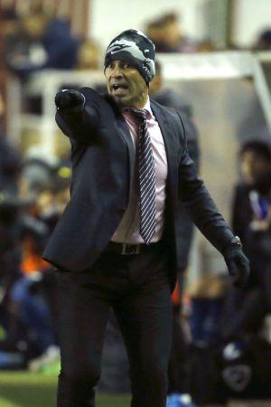 Paco Jémez da indicaciones durante el partido.