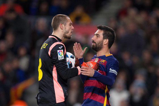 Pau López y Arda Turan en el Barcelona - Espanyol