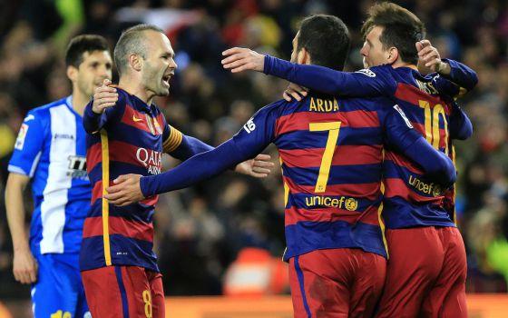 Iniesta festaja junto a Arda y Messi uno de los goles del argentino.