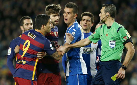 Martínez Munuera muestra la tarjeta amarilla a Luis Suárez en el derbi.