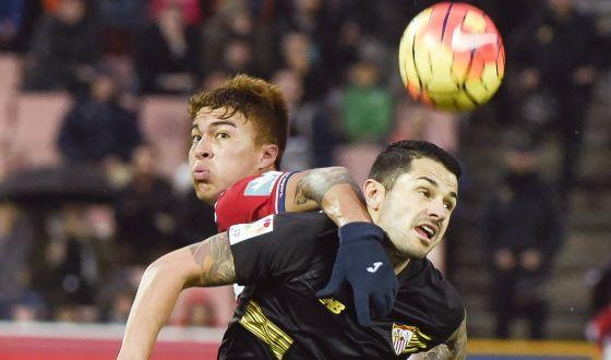 Peñaranda pelea el balón con Vitolo en el pasado Granada-Sevilla.