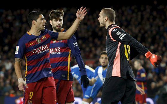 Luis Suárez discute con Pau López en el último derbi.