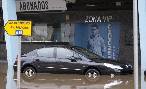 Alrededores de Balaídos totalmente inundados debido al temporal que azota Galicia.