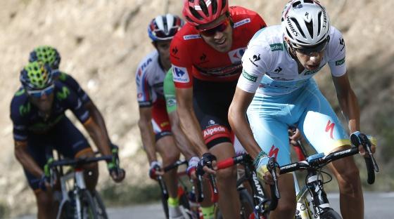 Aru, seguido por Dumoulin, en la Vuelta de 2015.