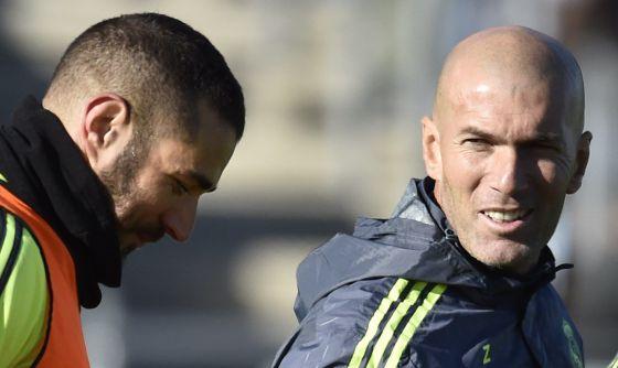 Benzema y Zidane en el primer entrenamiento del técnico en Valdebebas.