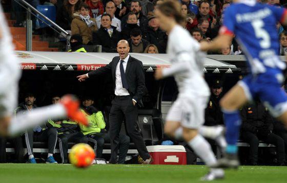 Zidane da indicaciones mientras Modric conduce el balón.