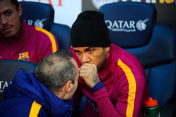 Alves conversa con Iniesta en el banquillo del Camp Nou.