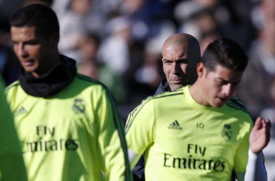 James (izquierda), con Zidane detrás y Cristiano.