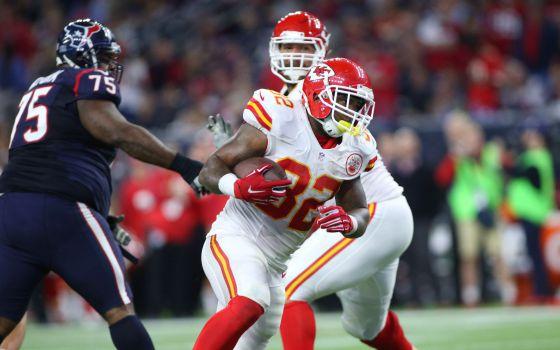 Spencer Ware avanza hasta marcar un touchdown para los Kansas Chiefs.