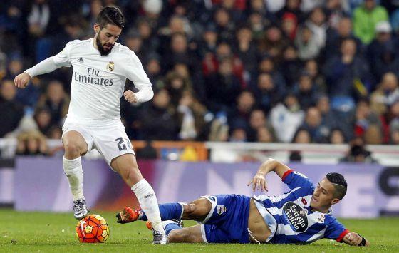 Isco (I), controla el balón ante la entrada de Faycal Fajr