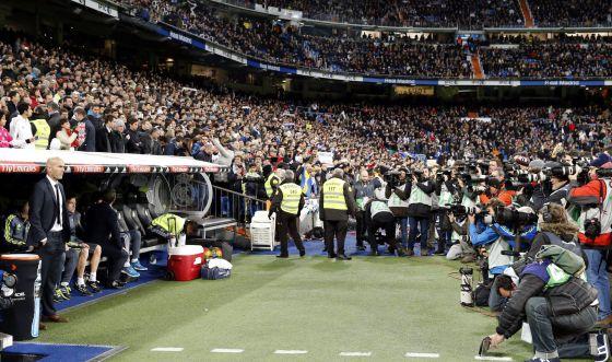 Cámaras y fotógrafos se arremolinan junto al banquillo de Zidane el sábado.