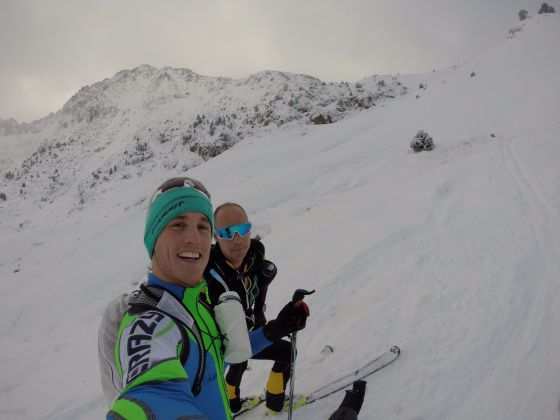 Pol Espargaró, junto a un amigo, esquiando en Andorra.