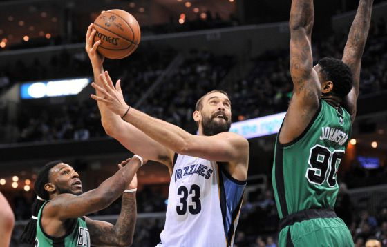 Marc Gasol, entre Crowder y Johnson.
