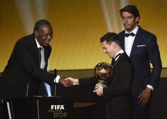 Messi recibe el Balón de oro.