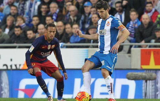 Javi López frente a Neymar, en el último derbi en Cornellà.