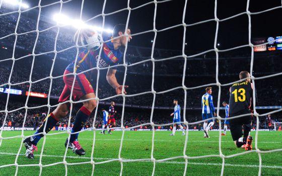 Luis Suárez festeja uno de los goles del Barça en el último derbi.