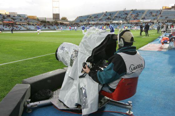 Un operador de cámara, durante la retransmisión de un partido.