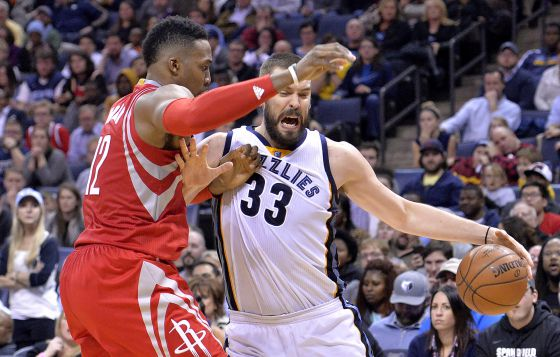 Marc Gasol pugna con Dwight Howard.