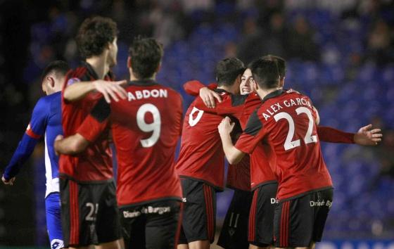 Los jugadores del Mirandés celebran un gol al Deportivo.