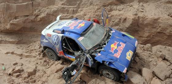 El coche de Sainz, tras sufrir un accidente en el Dakar 2009.