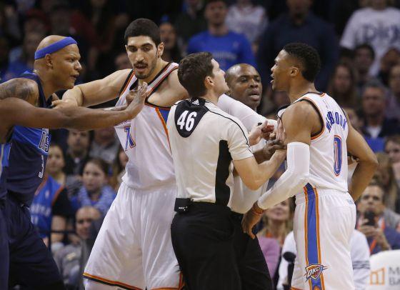 Villanueva, Kanter y Westbrook en la reyerta en el Oklahoma-Dallas.