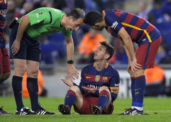 Fernández Borbalán junto a Messi y Munir.