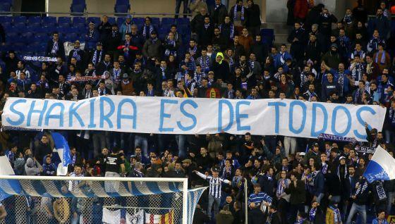 Pancarta dedicada a Shakira por los seguidores radicales del Espanyol en Cornellà-El Prat.