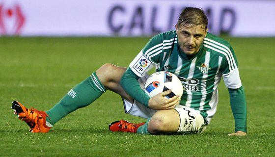 Joaquín, por los suelos en el derbi de ida de la Copa.