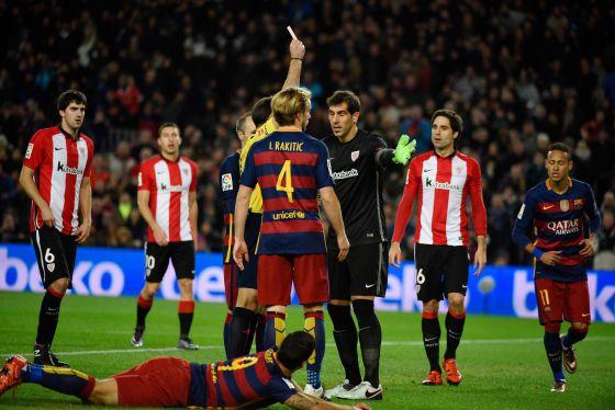 Gorka Iraizoz es expulsado tras hacerle penalti a Luis Suarez