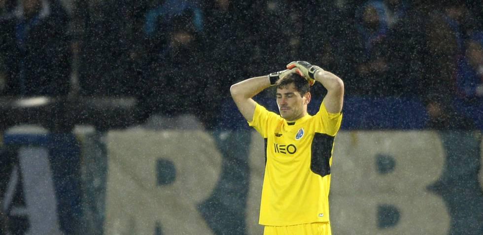 Iker Casillas se lamenta de su fallo ante el Vitoria de Guimaraes