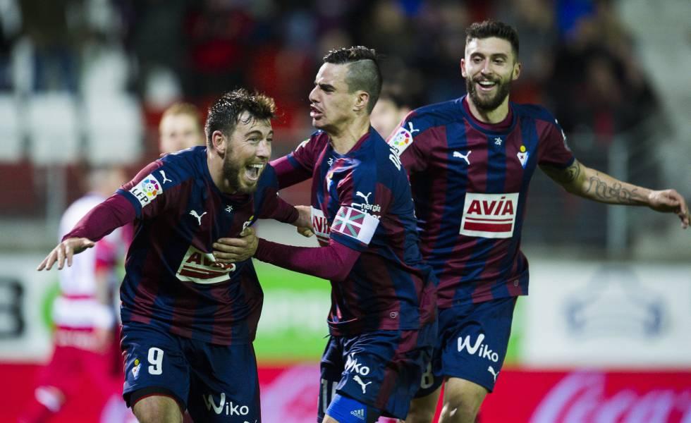 Enrich celebra un gol con Daniel Garcia y Borja Bastón.