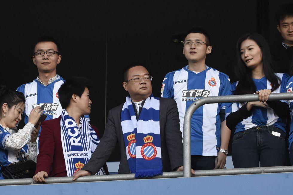 Chen Yansheng, en el centro de la imagen, en el estadio de Cornellà.