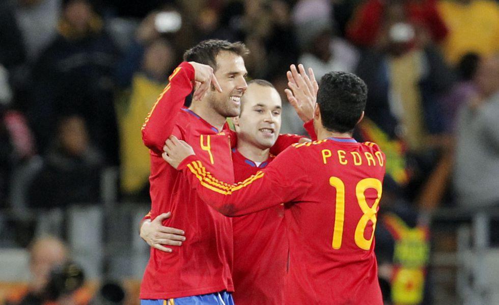 Marchena celebra un gol con Iniesta y Pedro en Sudáfrica 2010.