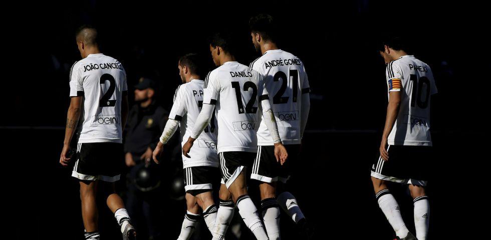 Jugadores del Valencia al término del último partido de Liga.